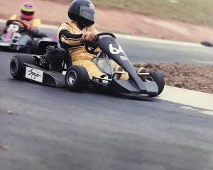 Vitão pilotando o kart CLR