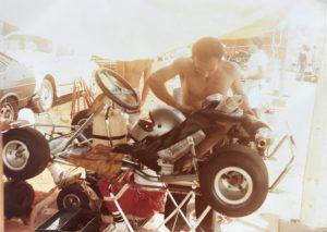 Acertando seu kart para a corrida em 1979